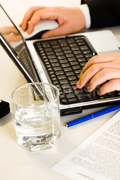 Foto stock: Manos · de · trabajo · portátil · escribiendo · negocios · documento