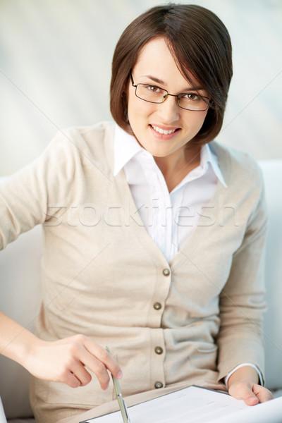 Aanvrager portret glimlachend dame vulling toepassing Stockfoto © pressmaster