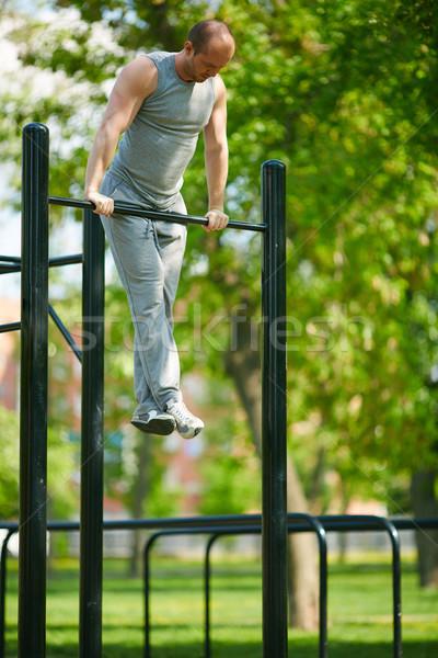 Sport jonge man opleiding uitrusting buiten Stockfoto © pressmaster