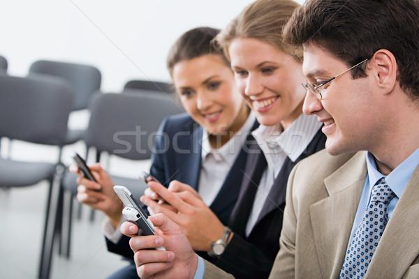 Intercambio información retrato jóvenes teléfonos móviles Foto stock © pressmaster