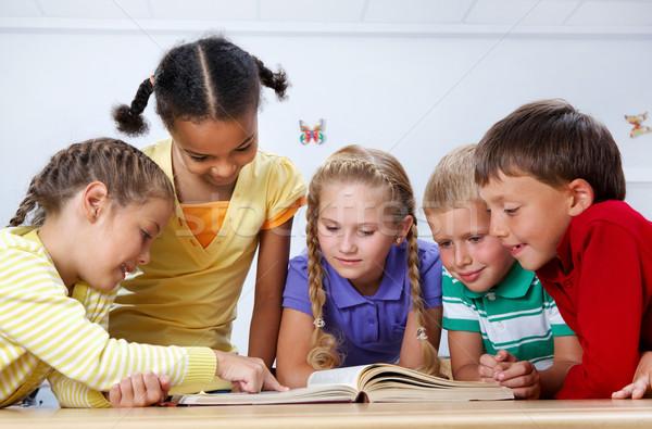 Czytania portret uczniowie patrząc strona lekcja Zdjęcia stock © pressmaster