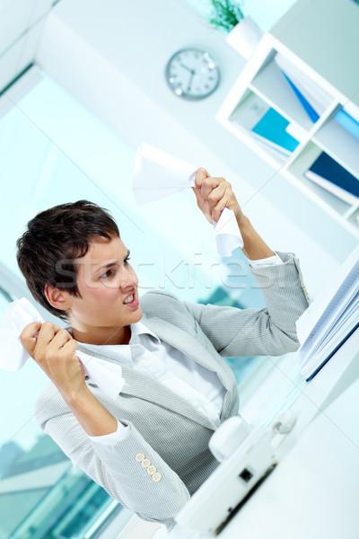 Ergernis afbeelding jonge werkgever papier geërgerd Stockfoto © pressmaster