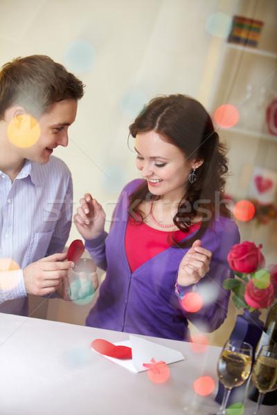 Nyilatkozat szeretet fiatalember mutat eljegyzési gyűrű nő Stock fotó © pressmaster