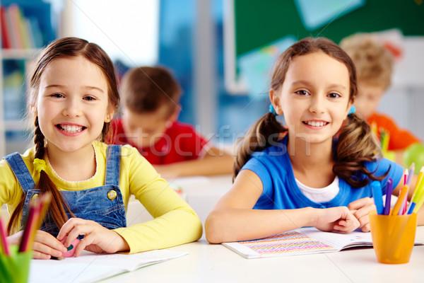 Csinos osztálytársak kicsi mosolyog kamera ül Stock fotó © pressmaster