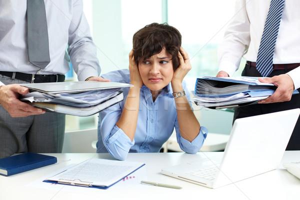 Przerażony sekretarz dotknąć głowie patrząc duży Zdjęcia stock © pressmaster