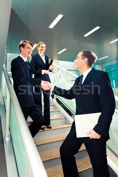 Gefeliciteerd handdruk trap kantoorgebouw smart Stockfoto © pressmaster