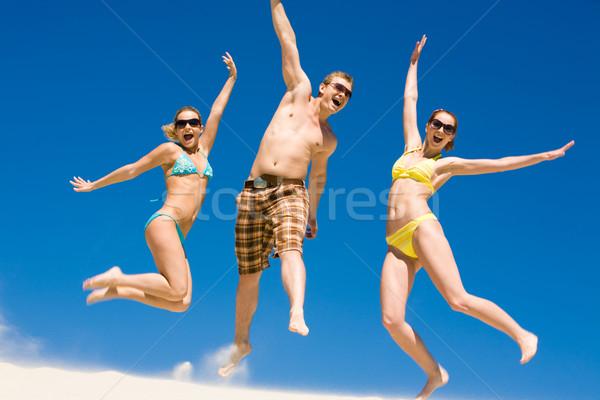 Gioioso amici ritratto adolescenti spiaggia indossare Foto d'archivio © pressmaster