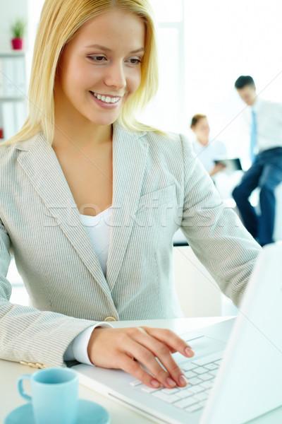 Kobieta wpisując portret dość sekretarz patrząc Zdjęcia stock © pressmaster