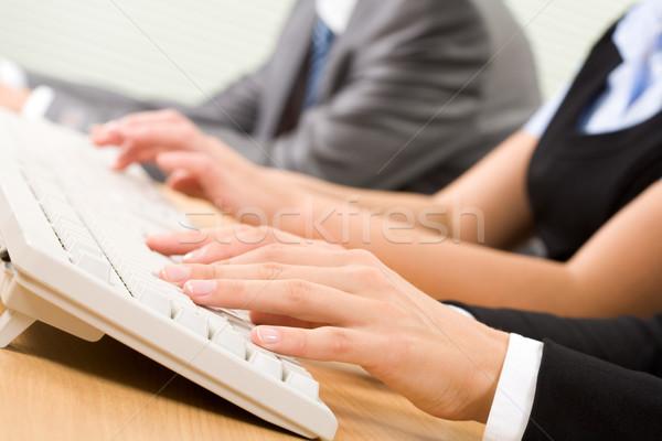 Foto d'archivio: Digitando · tastiera · immagine · femminile · computer · internet