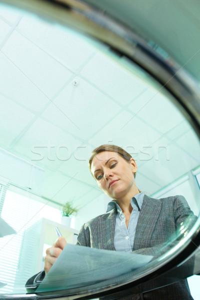 Secreto vista vertical tiro mujer de negocios Foto stock © pressmaster