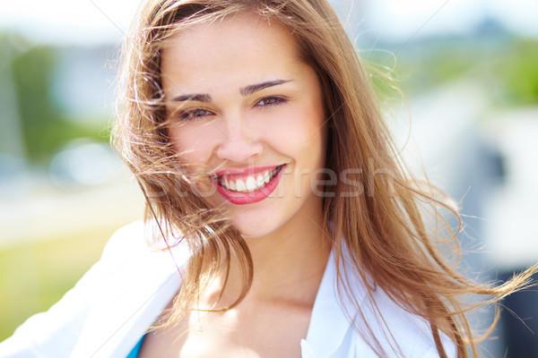 Beztroski portret wesoły piękna wietrzny Zdjęcia stock © pressmaster