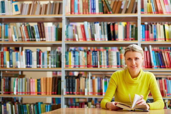 Gyönyörű olvasó portré okos diák nyitott könyv Stock fotó © pressmaster