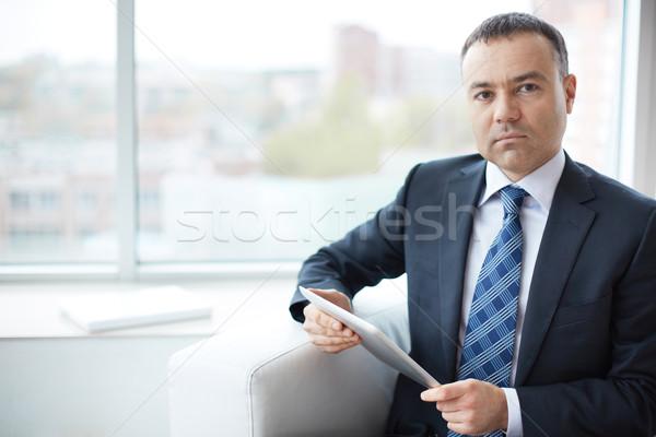 Biznesmen touchpad portret elegancki posiedzenia biuro Zdjęcia stock © pressmaster