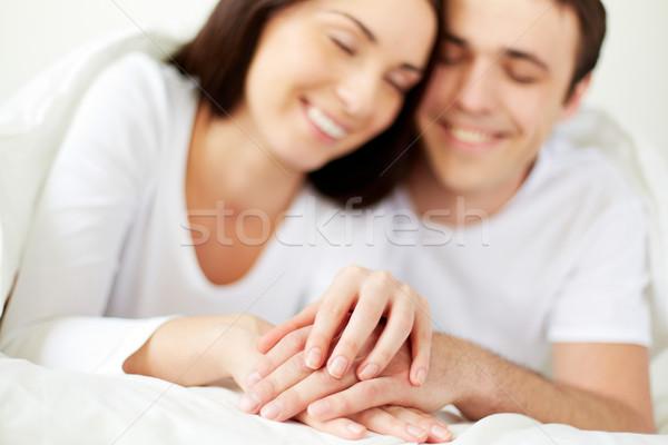 Unión manos amoroso cama Foto stock © pressmaster