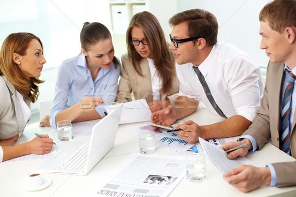 Lelkes csapat üzleti csapat öt tart eligazítás Stock fotó © pressmaster