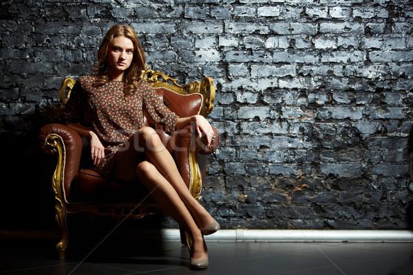 Kontrast przepiękny dziewczyna posiedzenia vintage krzesło Zdjęcia stock © pressmaster