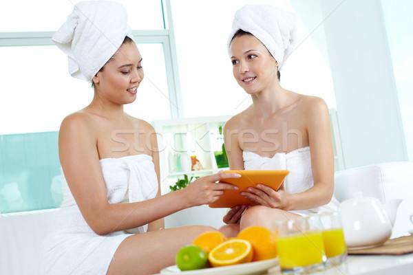 Touchpad ritratto due ragazze bagno asciugamani Foto d'archivio © pressmaster