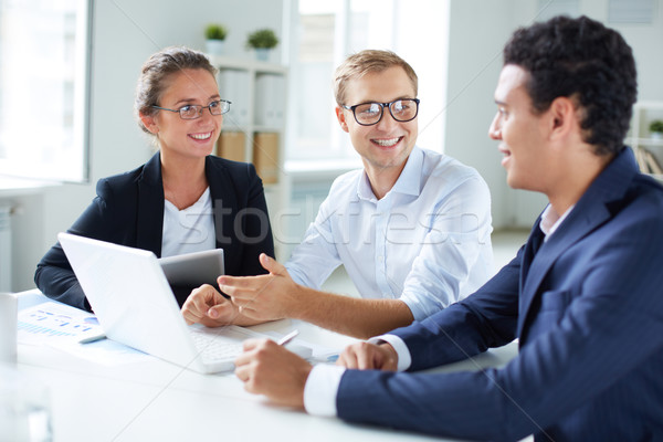 Escuchar colega retrato inteligentes mirando Foto stock © pressmaster
