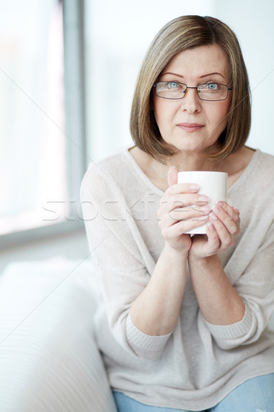 Kobieta kubek portret starsza kobieta patrząc kamery Zdjęcia stock © pressmaster