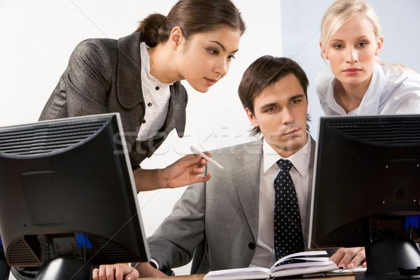 Trabalhando momento sério pessoas de negócios olhando tela do computador Foto stock © pressmaster