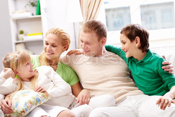 Família feliz jovem família quatro sessão sofá Foto stock © pressmaster