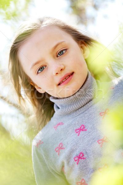Sereniteit portret cute meisje naar camera Stockfoto © pressmaster