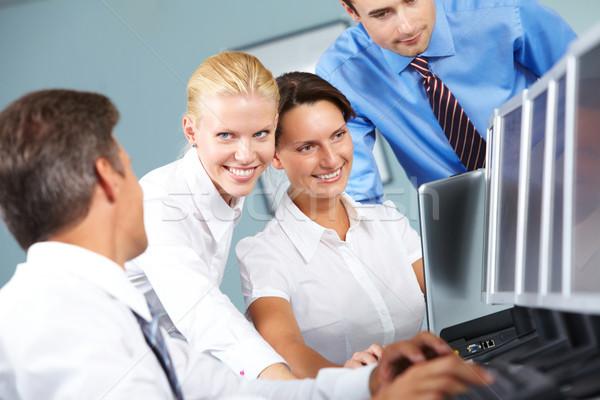 Empresa de pequeno porte grupo quatro pessoas de negócios assistindo computador Foto stock © pressmaster