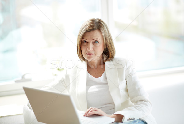 Competente guardare ritratto elegante imprenditrice laptop Foto d'archivio © pressmaster