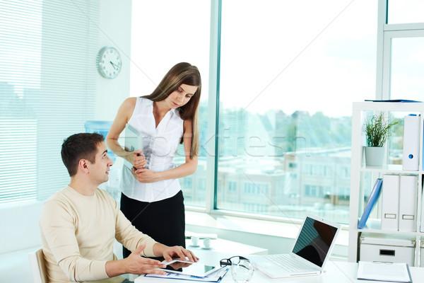 Kantoorwerk afbeelding zakenman ipad tablet naar Stockfoto © pressmaster