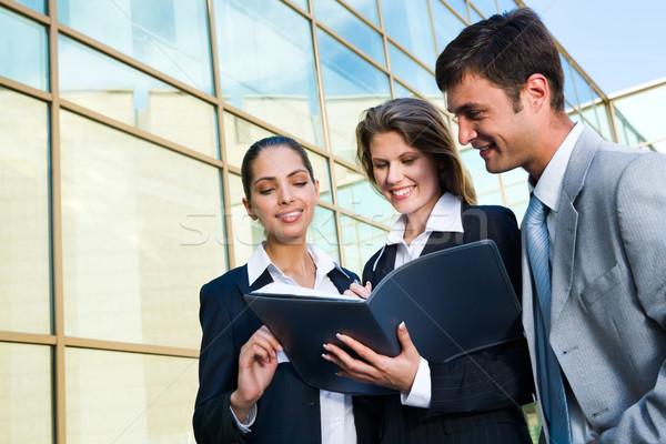 Jövedelmező üzlet megállapodás nők feliratok partnerek Stock fotó © pressmaster