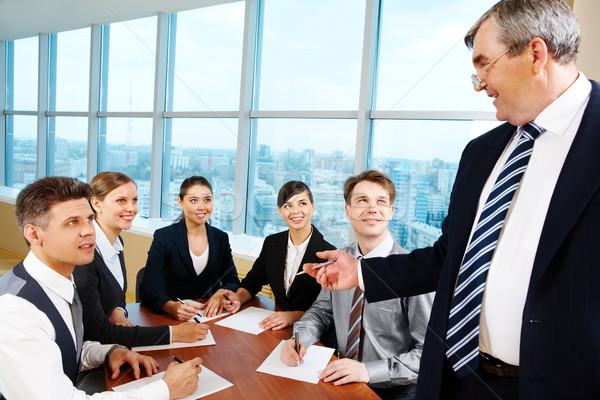 Stockfoto: Briefing · smart · baas · naar · managers · papieren