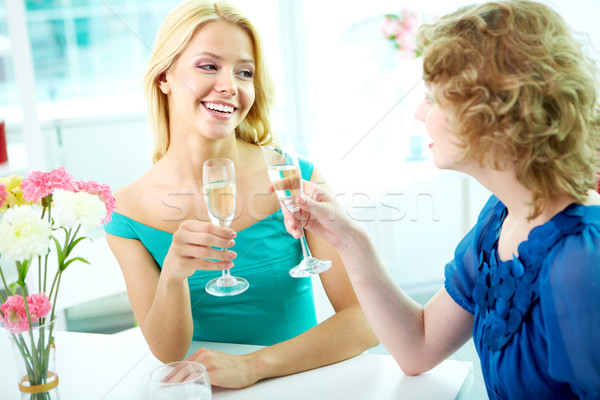 Occasion filles potable alcool femme Photo stock © pressmaster