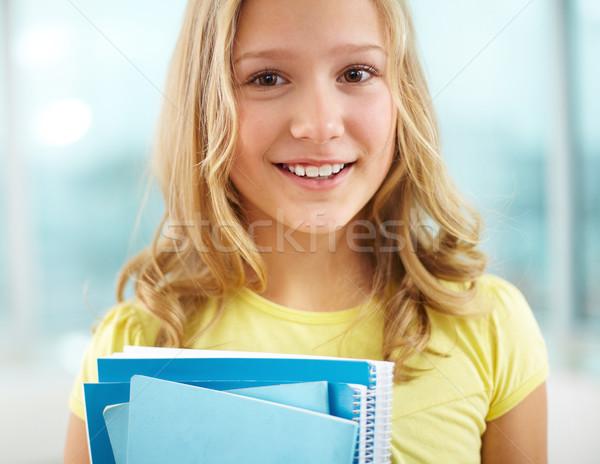 Colegiala retrato alegre mirando cámara escuela Foto stock © pressmaster