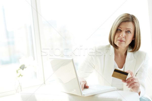 Internet consument rijpe vrouw creditcard winkelen computer Stockfoto © pressmaster
