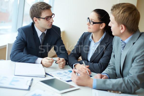Onderhandelingen afbeelding drie zakenlieden onderhandelen vergadering Stockfoto © pressmaster