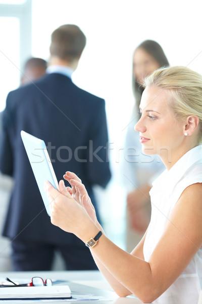 Nő touchpad portré csinos üzletasszony dolgozik Stock fotó © pressmaster