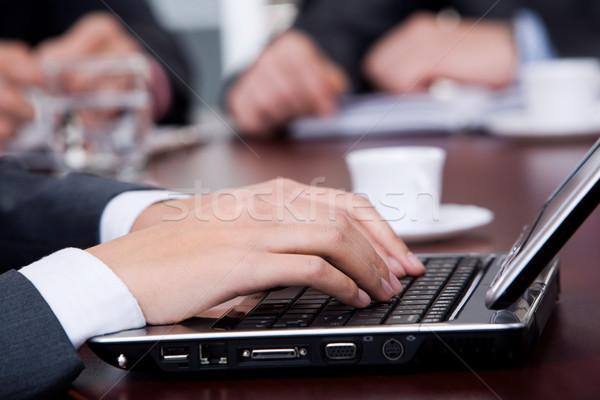 набрав рук бизнеса женщины работу ноутбука Сток-фото © pressmaster