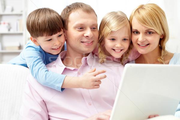 Laptopot használ fiatal család négy otthon lány Stock fotó © pressmaster