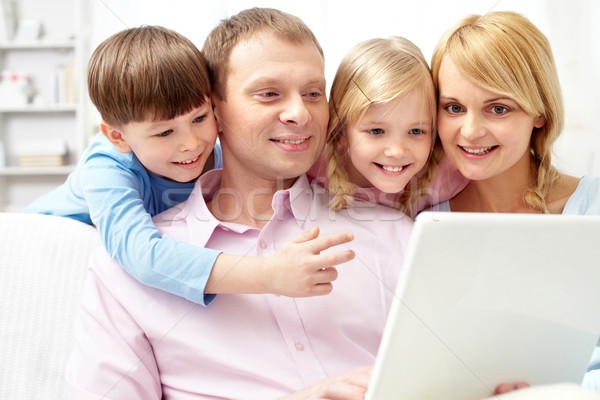 Usando laptop jovem família quatro casa menina Foto stock © pressmaster