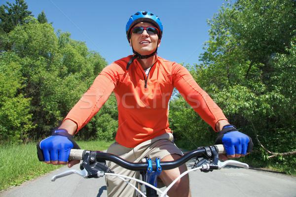 Masculino bicicleta retrato homem bonito equitação bicicleta Foto stock © pressmaster