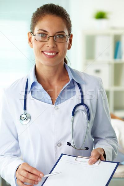 Сток-фото: врач · портрет · женщины · буфер · обмена · глядя · камеры