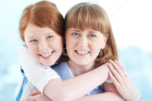 Genegenheid meisje moeder naar camera glimlacht Stockfoto © pressmaster