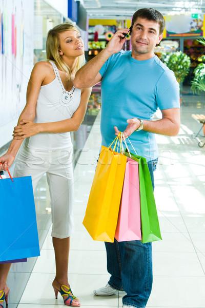 Zdjęcia stock: Zakupy · dość · młoda · kobieta · telefonu · rozmowy · człowiek