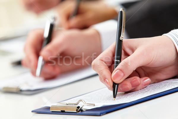 Lavoro piano primo piano uomo d'affari mano documento Foto d'archivio © pressmaster