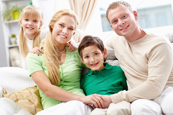 Zdjęcia stock: Rodziny · sofa · młodych · cztery · posiedzenia · patrząc