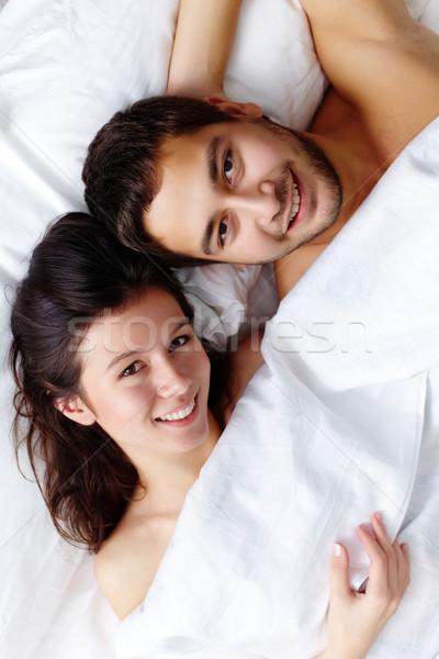 Marido esposa feliz cama olhando Foto stock © pressmaster