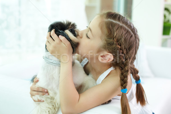 Affection portrait fille heureuse baiser chien Photo stock © pressmaster