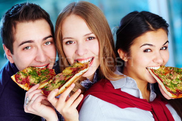 Honger afbeelding gelukkig vrienden eten Stockfoto © pressmaster