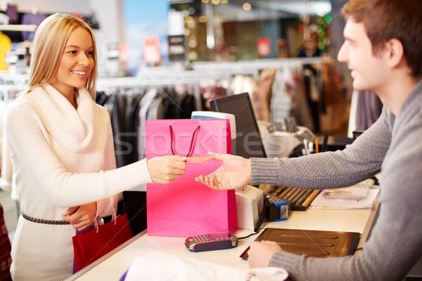 Pago retrato mujer bonita tarjeta de crédito tienda ayudante Foto stock © pressmaster