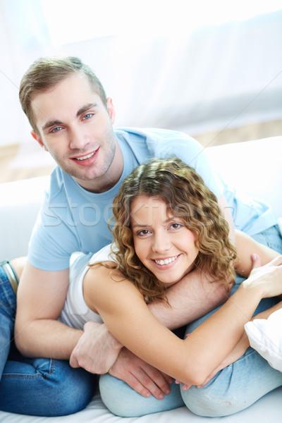 Daty młodych szczęśliwy para patrząc kamery Zdjęcia stock © pressmaster